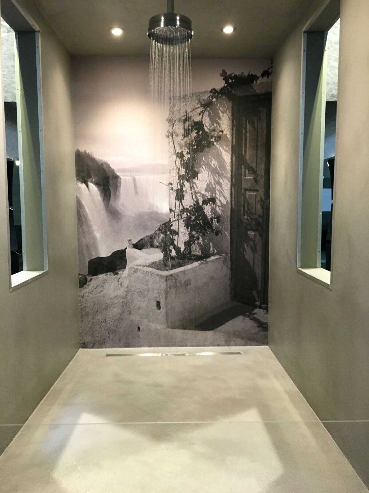 Käsityönä valmistettu mittatilaus Fresko-tapetti kylpyhuoneen seinällä.
